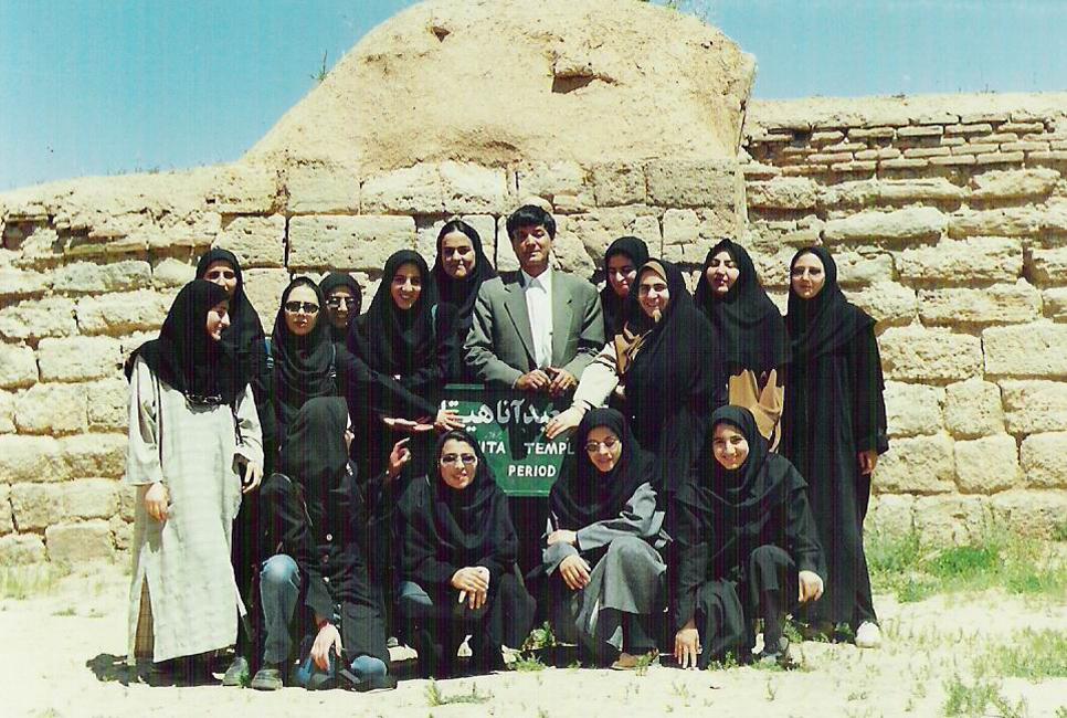 دکتر قدمعلی سرامی همراه با دانشجویانشان در معبد آناهیتا