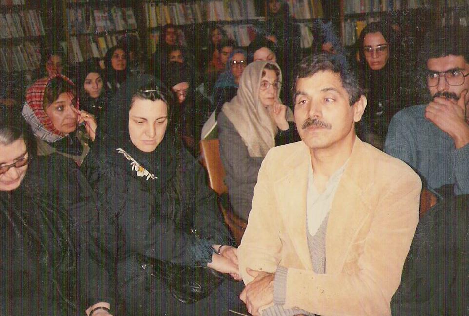 دکتر قدمعلی سرامی در هنگام دریافت جایزهی کتاب سال کودک در سال ۱۳۶۷