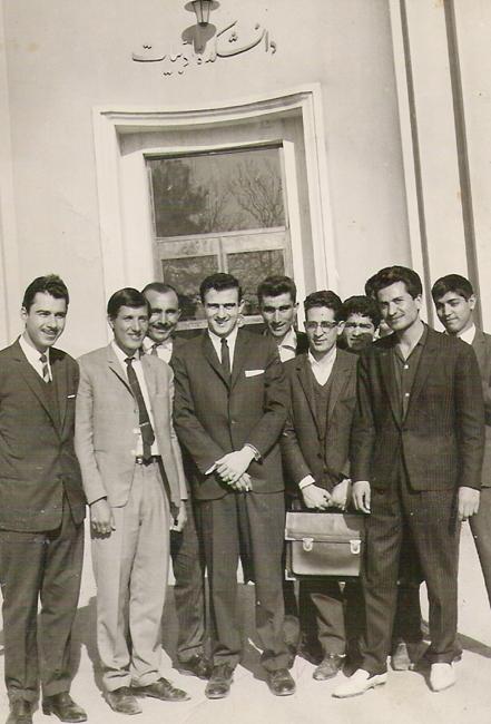 قدمعلی سرامی و تعدادی از دانشجویان دوره لیسانس زبان و ادبیات فارسی دانشگاه تهران سال ۱۳۴۳ همراه با استاد تام نجاریان